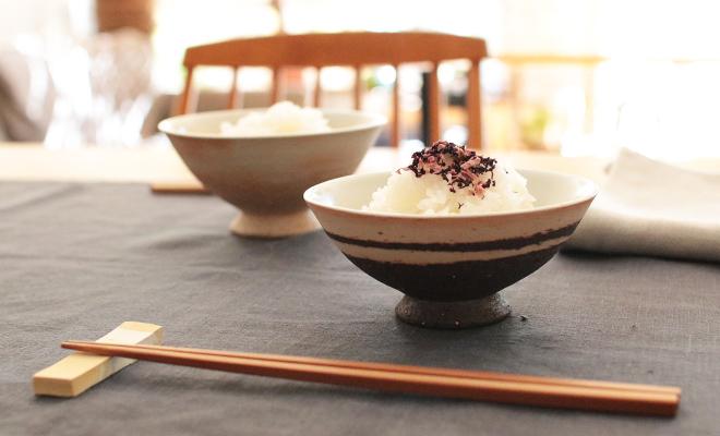 藤居奈菜江 ふじいななえ/めし碗 浅大(2色)がテーブルに並びご飯が入った画像