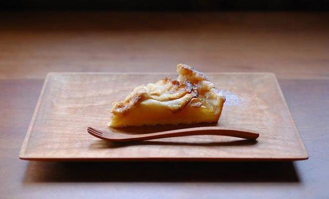 川端健夫 かわばたたけお/木製 デザートフォーク(チェリー)/木製 デザートフォーク(チェリー)とデザートが並んだ画像
