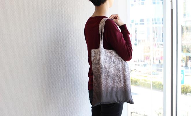 浦佐和子 うらさわこ/トートバッグ「Vehna(ベフナ)麦」(2色)/トートバッグ「Vehnä(ベフナ)麦」(2色)を肩にかけた画像