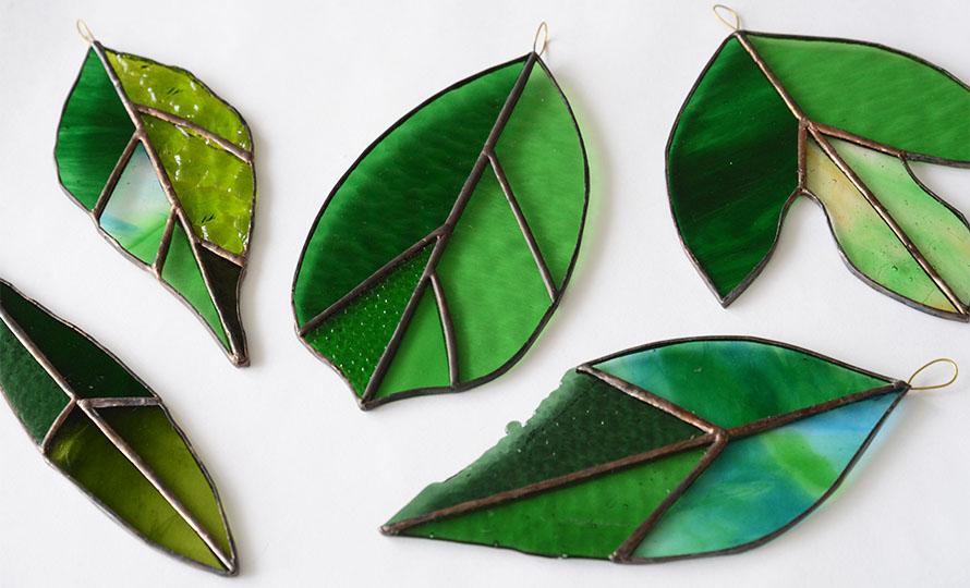 vivo stained glass works ビーボステンドグラス/LEAF リーフ ビワ(5種)/LEAF リーフ ビワ(5種) 他LEAFシリーズ作品が並んだ画像