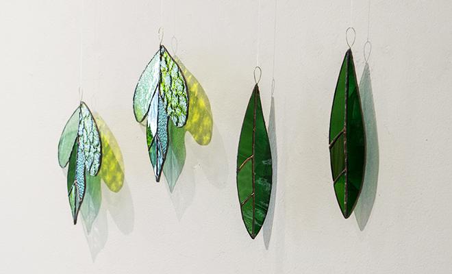 vivo stained glass works ビーボステンドグラス/LEAF リーフ ツルクサ(5種)/LEAF リーフ ツルクサ(5種) 他LEAFシリーズ作品が並んだ画像