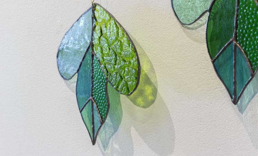 vivo stained glass ビーボステンドグラス/LEAF リーフ ツルクサ(5種)/LEAF リーフ ツルクサ(5種) 他LEAFシリーズ作品が並んだ画像