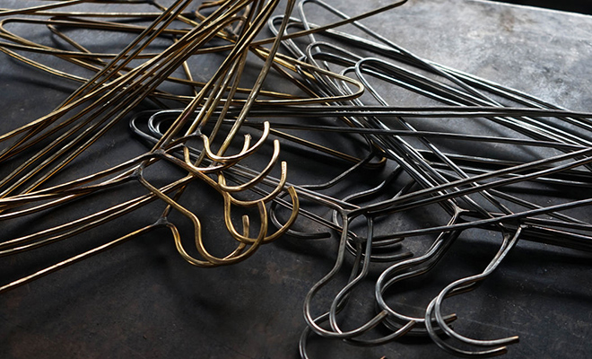 枯白 こく/ハンガー(真鍮、ステンレス)/枯白 こく ハンガー 真鍮、ステンレス が並んだ画像