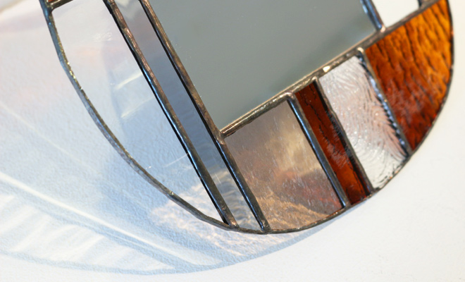 vivo stained glass works ビーボステンドグラス 壁掛ミラー ROUNDが窓辺に置かれた画像
