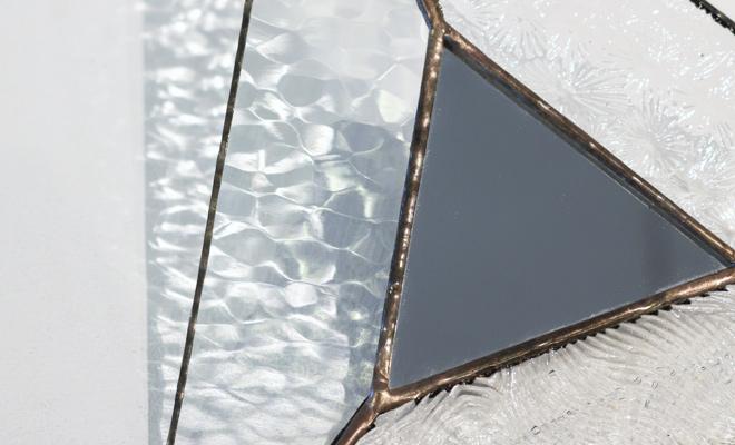 vivo stained glass ビーボステンドグラス 壁掛ミラー TRIANGLEが窓辺に置かれた画像