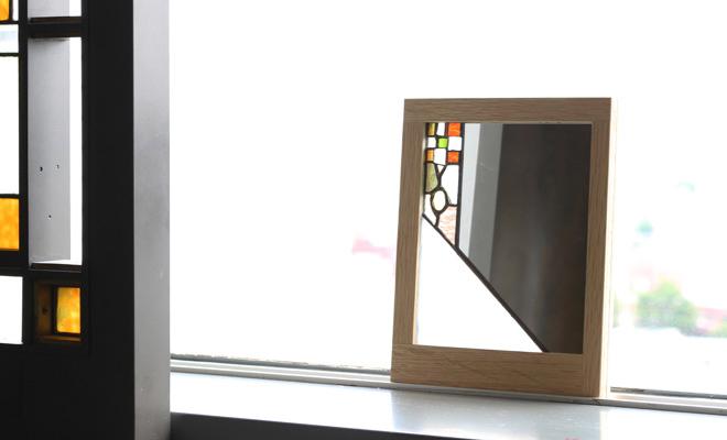 vivo stained glassとFLANGE plywood ミラーが窓辺に置かれた画像