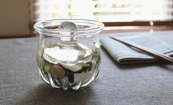 河上智美 花モール浅漬け鉢が食卓に置かれた画像