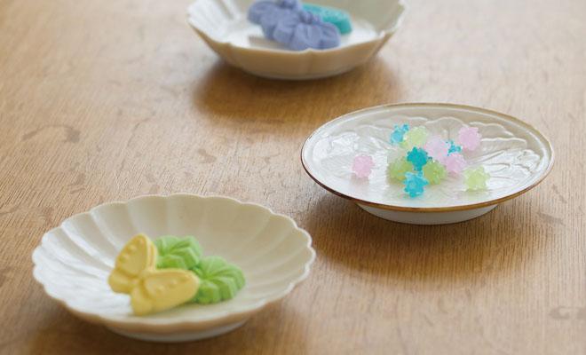 それぞれお菓子を盛られた、JICON 磁今/花小皿 三種セットが卓上に並べられている画像