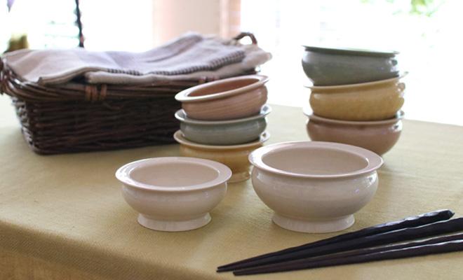 いにま陶房やさしい器シリーズのこども茶碗とごはん茶碗Sが食卓に並べられている画像