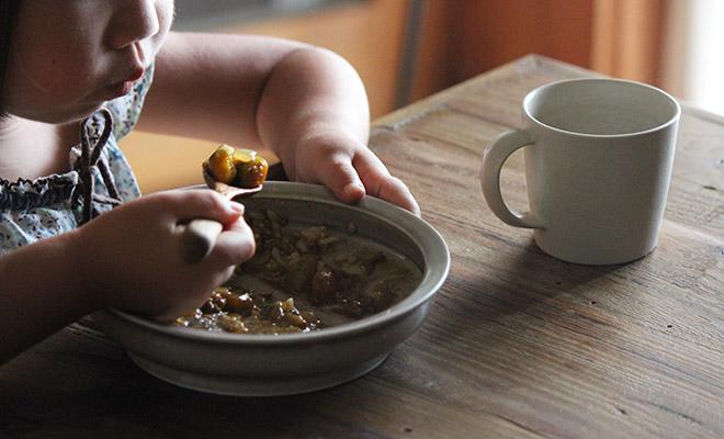 いにま陶房やさしい器シリーズのこどもカレー皿を使用し、子どもがカレーを食べている画像