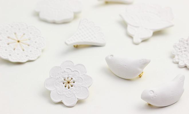 鈴木仁子 すずききみこ 白磁・新芽のブローチ「Mold」が並べられている画像