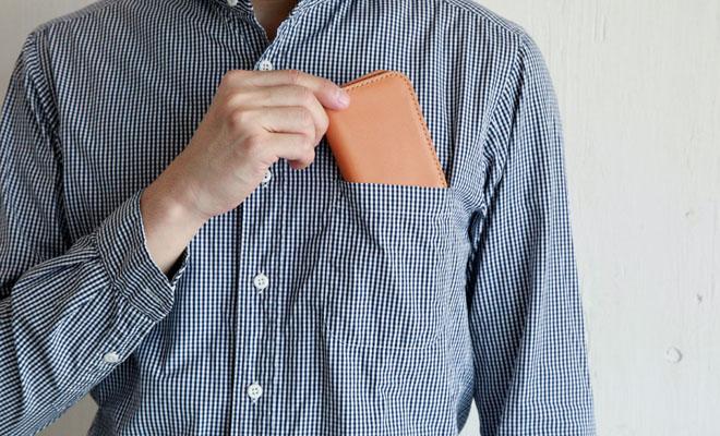 RHYTHMOS リュトモスの名刺入れ「Visit」をシャツのポケットに入れる画像