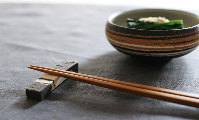 藤居奈菜江 ふじいななえ 練り込み 箸置きが小鉢と箸と共に食卓に置かれている画像