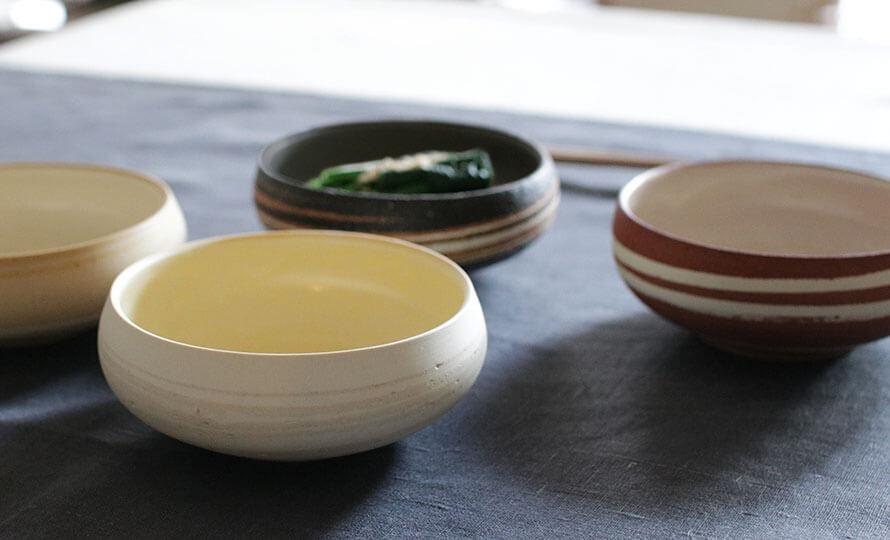 藤居奈菜江 ふじいななえ 練り込み 小鉢が食卓に並べられている画像