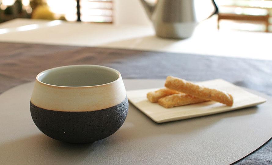 藤居奈菜江 ふじいななえ 練り込み カフェオレボウルがお菓子と共に食卓に並べられている画像