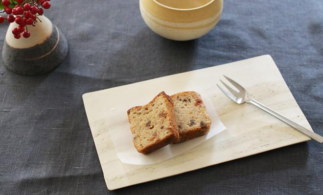 藤居奈菜江 ふじいななえ 練り込み 板皿にお菓子が盛られてカフェオレボウルなどと食卓に並べられている画像