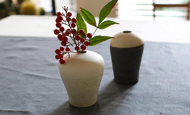 藤居奈菜江 ふじいななえ 練り込み 花入れ 白がいくつか卓上に並べられている画像