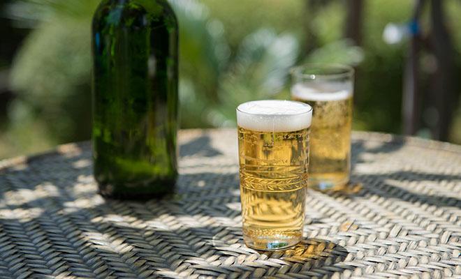 ビールが注がれた、h collection+S 廣島晴弥×Spiral Market オリジナル カットグラス「ローレルクラウン」の画像