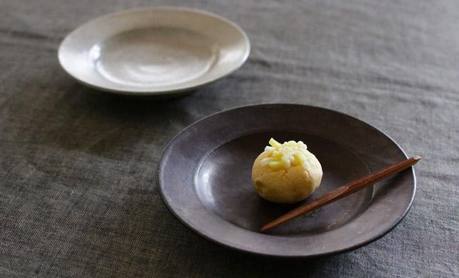 お菓子を盛られた戸塚佳奈 とづかかな リムプレート 17.5cmが食卓に並べられている画像