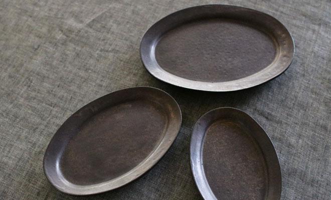 戸塚佳奈 とづかかな オーバルプレートが3サイズ食卓に並べられている画像