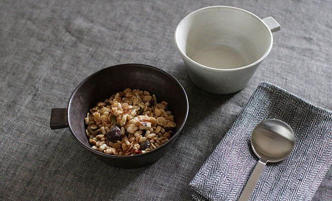 グラノーラを盛られた戸塚佳奈 とづかかな 片手鉢 浅が食卓に並べられている画像