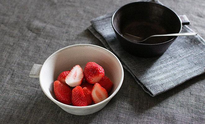 いちごを盛られた戸塚佳奈 とづかかな 片手鉢 大が食卓に並べられている画像
