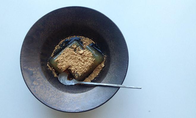 和菓子を盛られた戸塚佳奈 とづかかな ボウル 小が食卓に並べられている画像