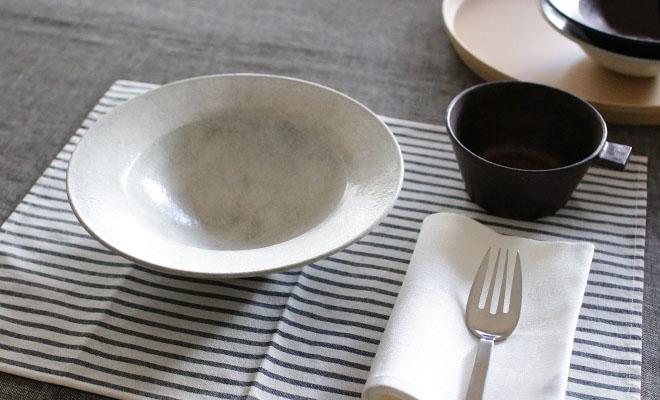 戸塚佳奈 とづかかな リムボウルが食卓に並べられている画像