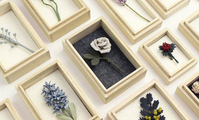 村上伊万里 むらかみいまり コサージュ 「薔薇(ばら)」が他のコサージュと並べられている画像