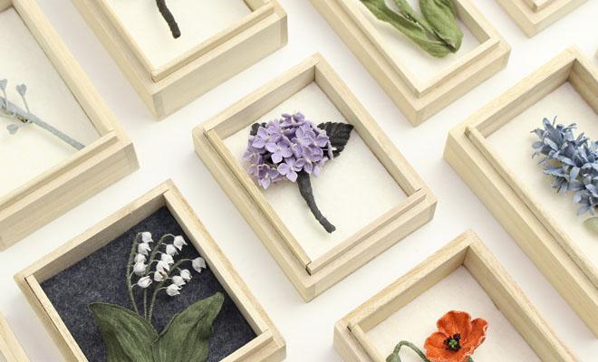 村上伊万里 むらかみいまり コサージュ 「紫陽花(あじさい)」が他のコサージュと並べられている画像