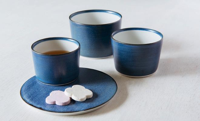 MUSTAKIVI  ムスタキビ/カップ「GOSU(呉須)」(3サイズ)/カップ「GOSU(呉須)」(3サイズ)とプレートが並んだイメージ画像