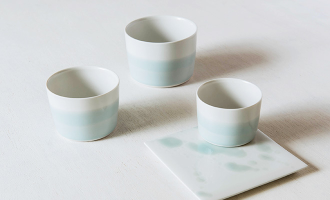 MUSTAKIVI  ムスタキビ/カップ「SEIJI(青磁)」(3サイズ)/カップ「SEIJI(青磁)」(3サイズ)とプレートが並んだイメージ画像