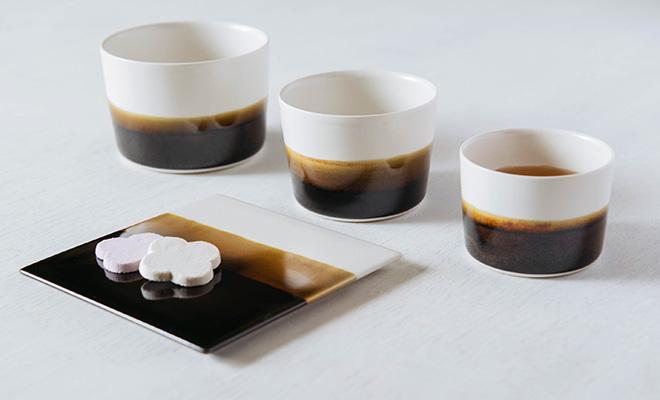 MUSTAKIVI  ムスタキビ/カップ「TENMOKU(天目)」(3サイズ)/カップ「TENMOKU(天目)」(3サイズ)とプレートが並んだイメージ画像