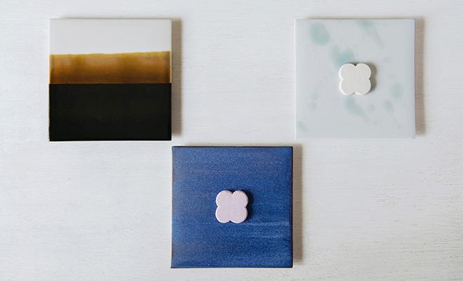 MUSTAKIVI  ムスタキビ/プレート 角(3種)/プレート 角(3種)が並び和菓子が載ったイメージ画像