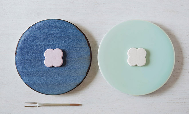 MUSTAKIVI  ムスタキビ/プレート 丸(2種)/プレート 丸(2種)が並び和菓子が載ったイメージ画像