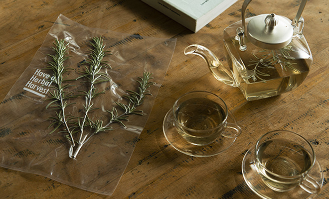 Have a Herbal Harvest ハブ ア ハーバル ハーベスト/Board ハーブティ(4種)/Board ハーブティ(4種)うちローズマリーとティーセットが並んだ画像