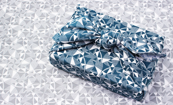 Esme Winter+S/ FUROSHIKI 風呂敷 100×100(2種)/Esme Winter+S 風呂敷100cm(2種)TWIST LIGHTGRAYを背景にDARK GREENで箱を包んだ画像