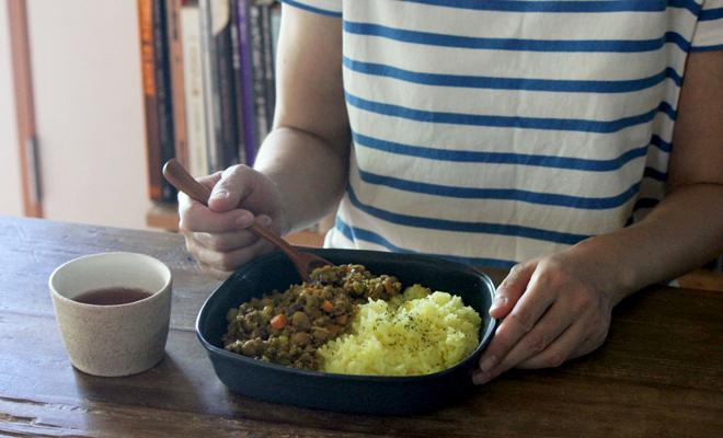 いにま陶房/角鉢(3色)/いにま陶房 角鉢にカレーが盛り付けられたイメージ画像