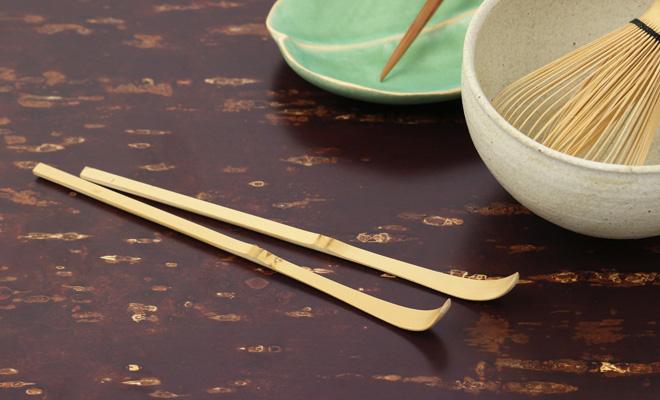 公長齋小菅 こうちょうさい こすが 茶杓と色糸茶筅、菓子切り、器が並んだ画像