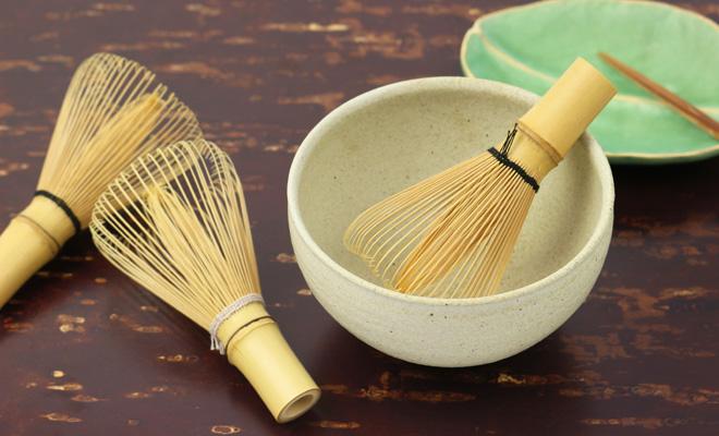 公長齋小菅 こうちょうさい こすが 色糸茶筅 数穂(2色)が茶器に入ったイメージ画像