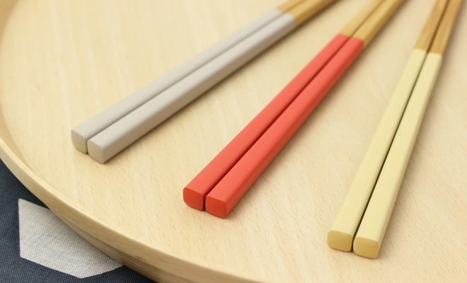 公長齋小菅 こうちょうさい こすが みやこ竹箸(3色)が盆に並んだ画像