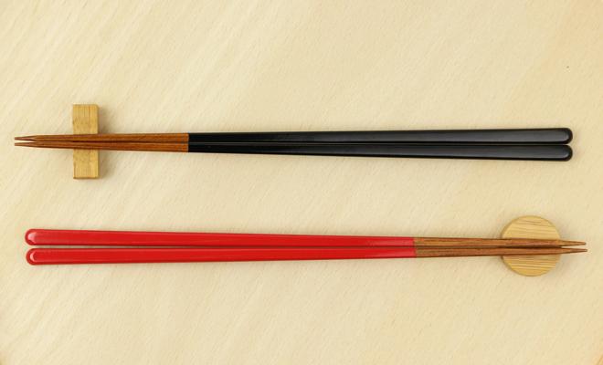 公長齋小菅 こうちょうさい こすが うるし竹箸上 23cmが箸置きと並んだ画像