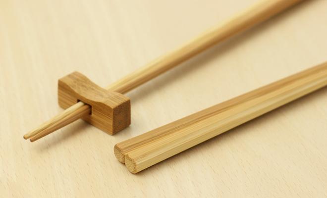 公長齋小菅 こうちょうさい こすが 煤竹八角箸が箸置きと並んだ画像