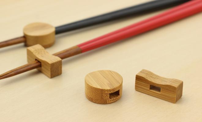 公長齋小菅 こうちょうさい こすが 箸置きがうるし竹箸上と並んだ画像