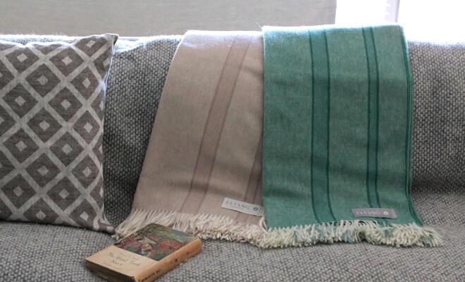 ELVANG エルヴァン スロー RIVER 2色がソファーにかけられたイメージ画像