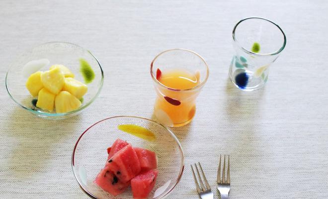 季節のフルーツを盛ったはじめて小鉢とジュースを注いだはじめてグラスの画像