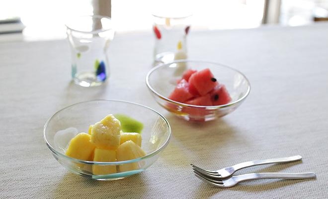 食卓に季節のフルーツを盛ったはじめて小鉢が並べられています