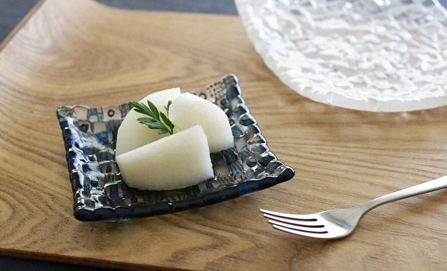 みずのみさ/モザイク小皿(3種)/モザイク小皿に梨が載ったイメージ画像