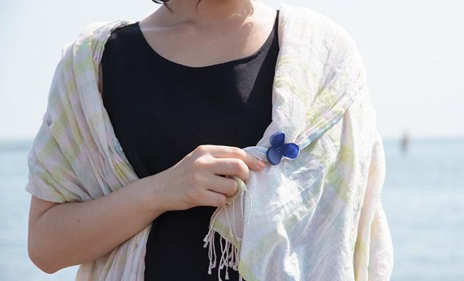 八木麻子 やぎあさこ hanakazari ブローチをモデルが着用した画像